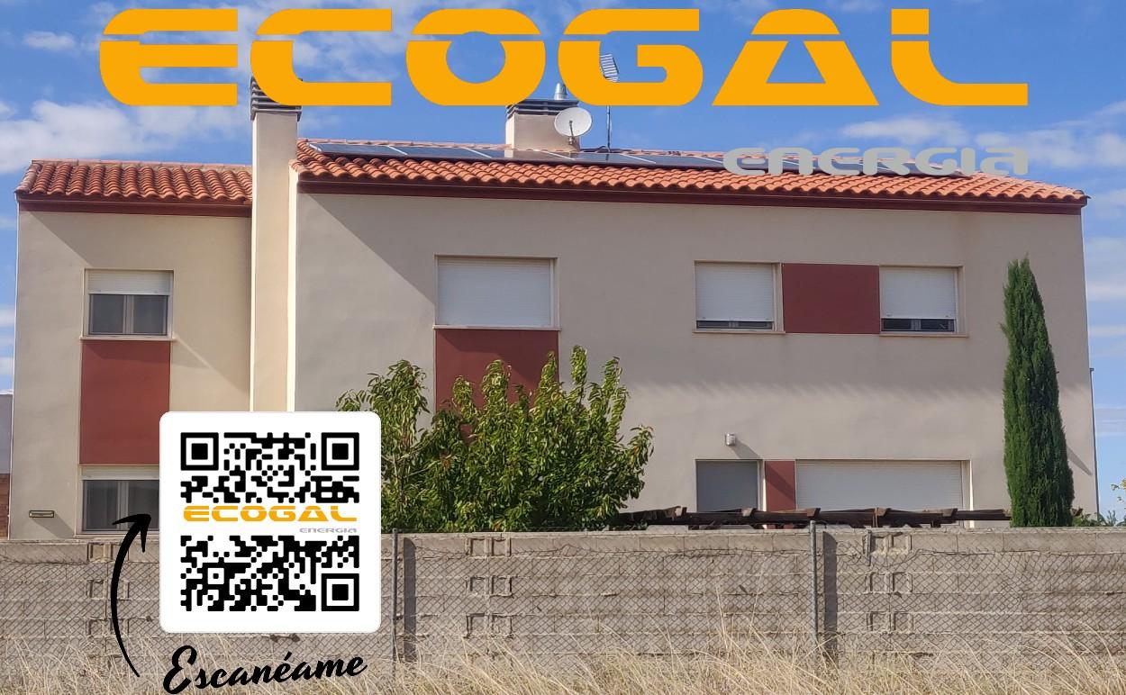 Instalación de paneles solares en una vivienda de La Felipa (AB).