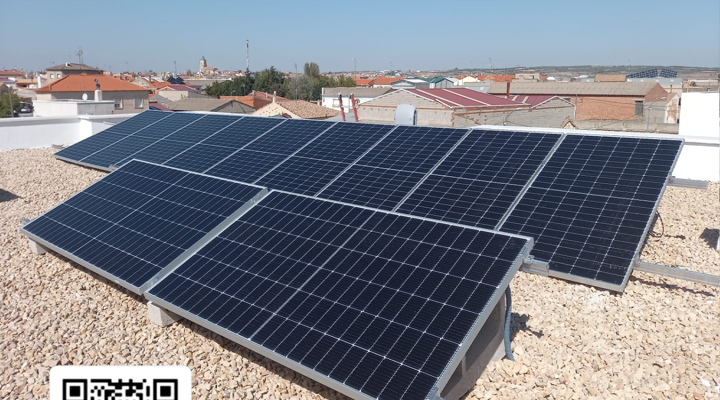 Casas en Las Pedroñeras con módulos solares.
