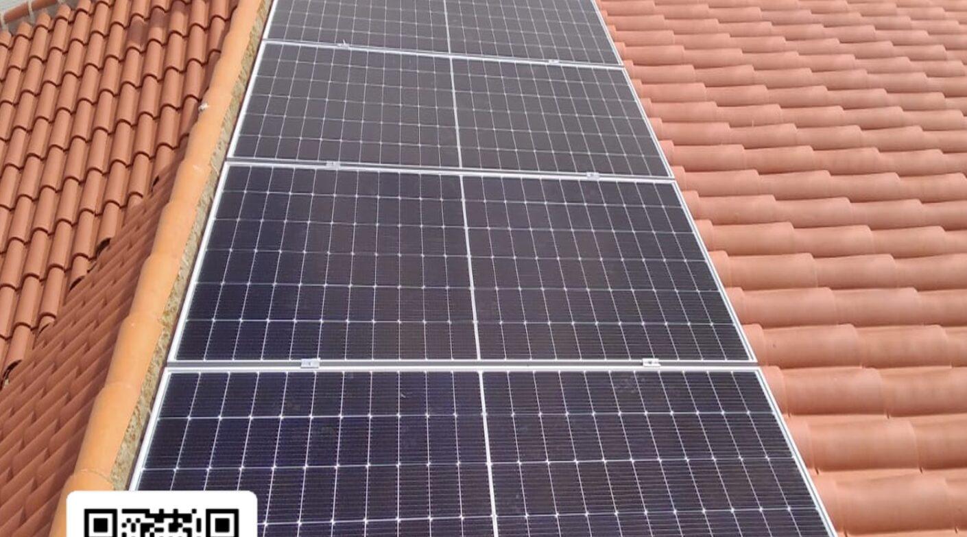 Instalación de módulos solares en Las Pedroñeras (Cuenca).